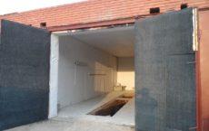 Открытые двери в гараж