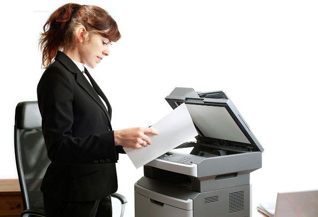 Сотрудница копируют документы