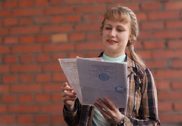 Женщина получила кадастровый паспорт на помещение