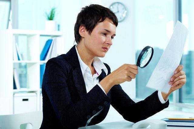Женщина изучает документ