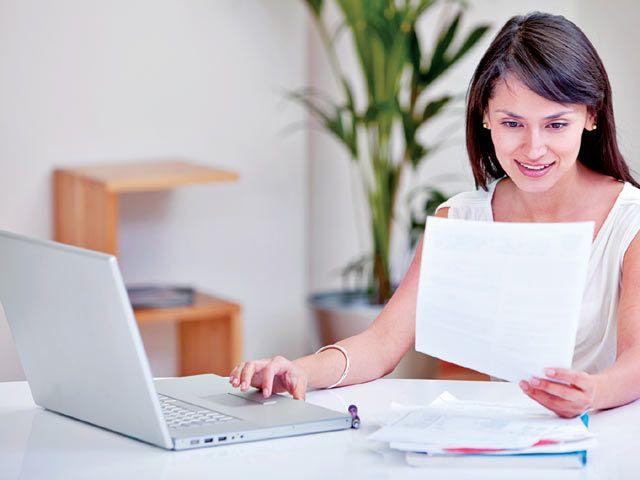 Женщина работает с документами